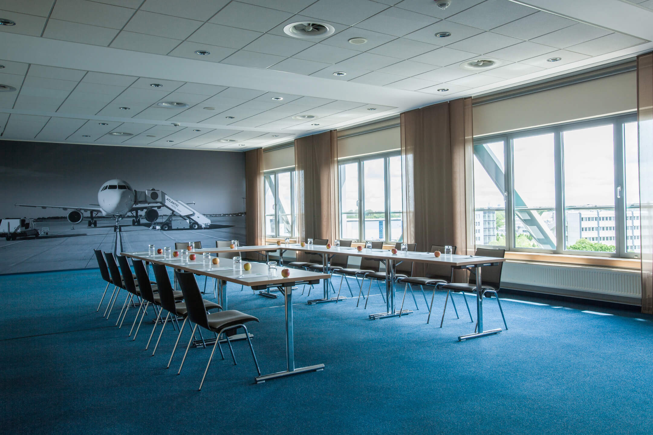 Function room Armstrong, view to the window facade, im ATLANTIC Hotel Airport Bremen