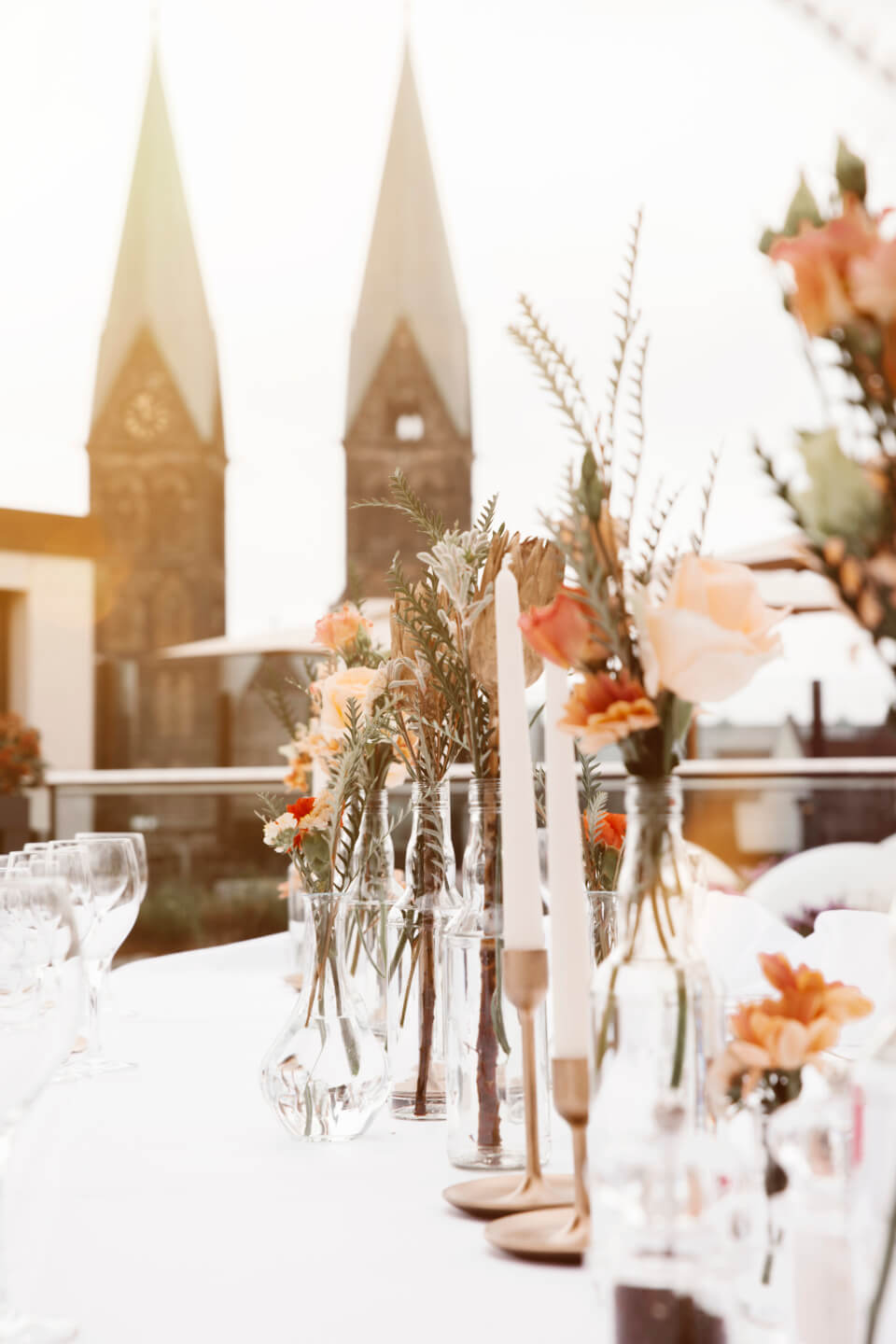 summery weddingdecoration with a view to the St. Petri church