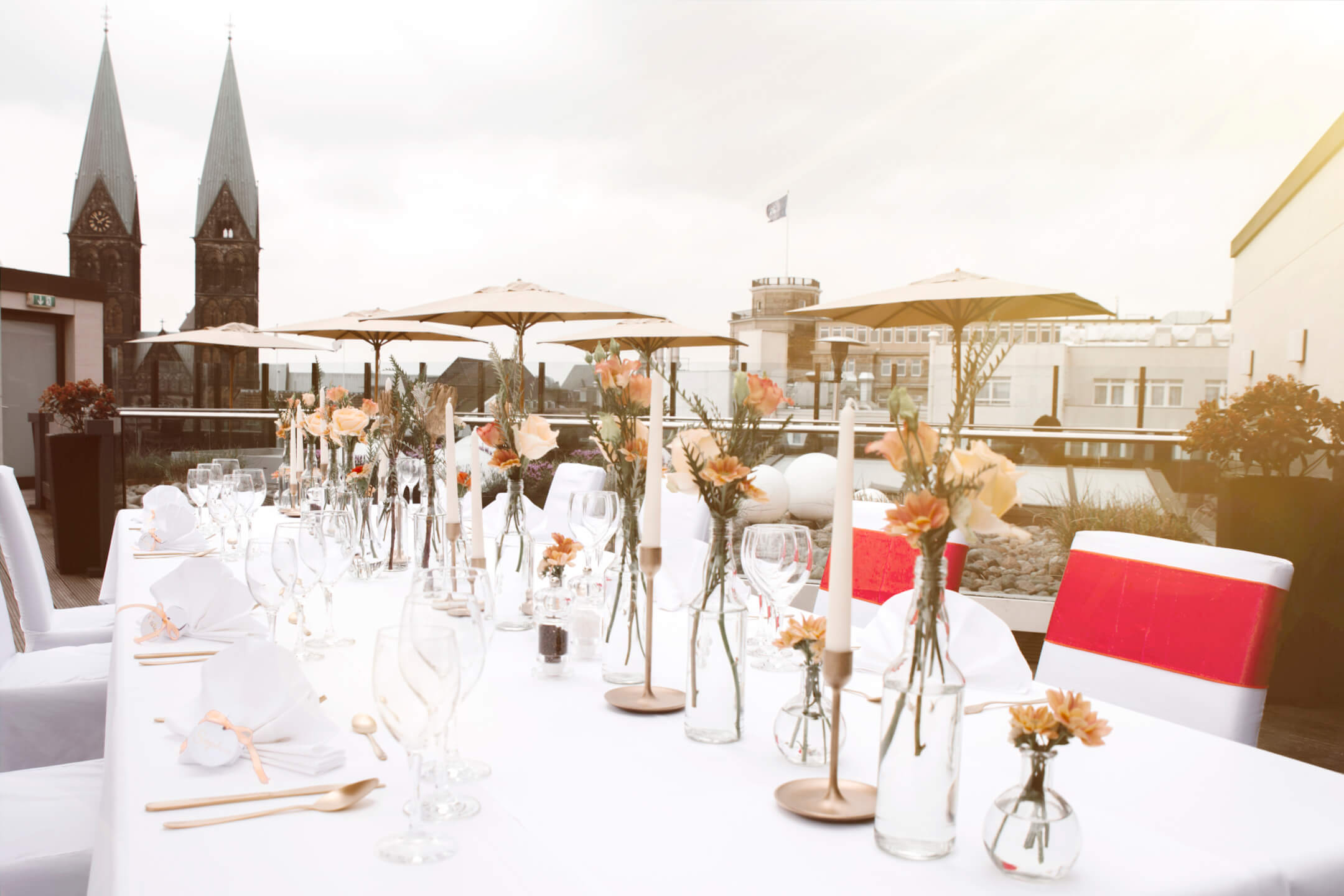 summery weddingdecoration with a view to the bremer cathedral