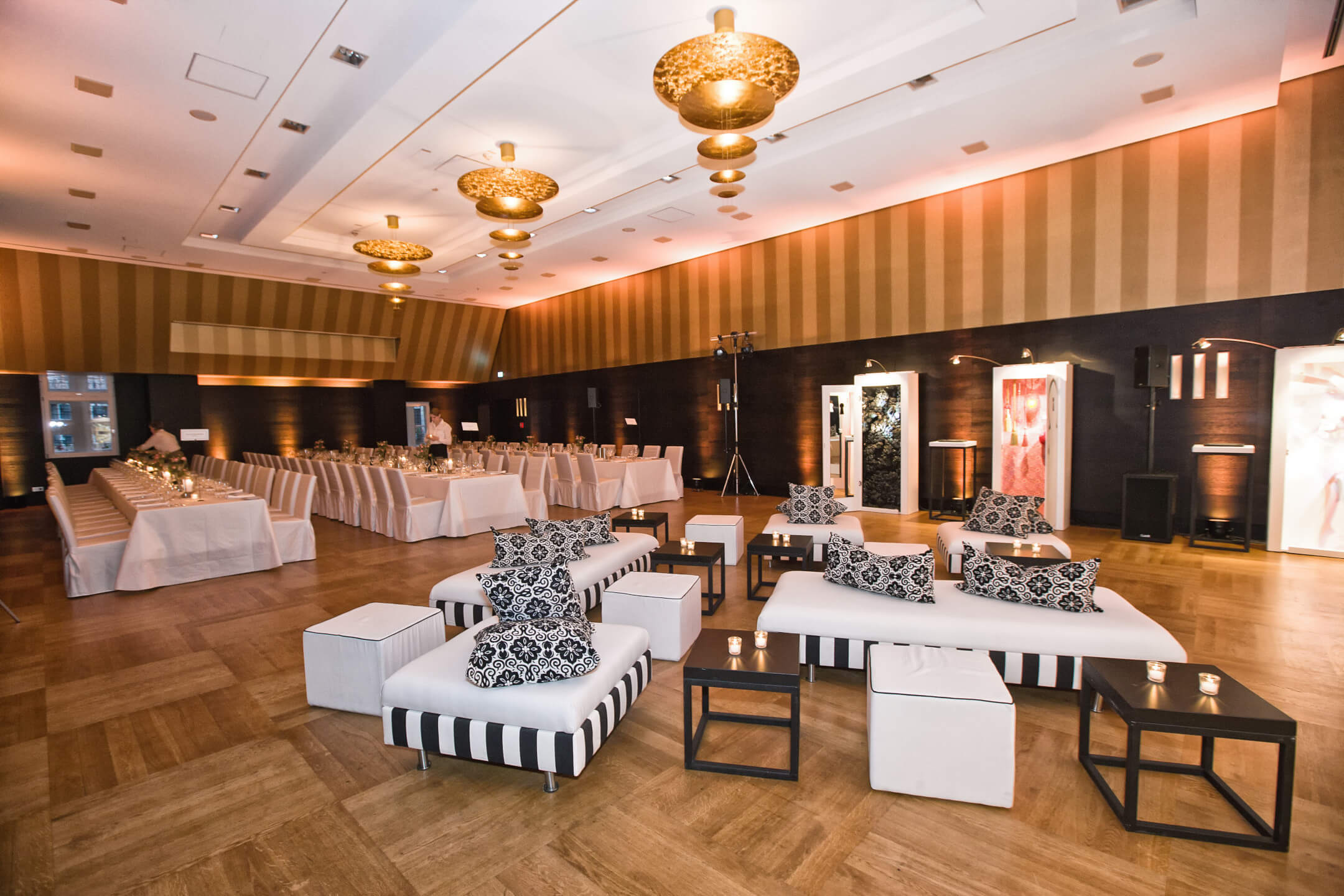 lounge corner and weddingtable in the Goldene Saal
