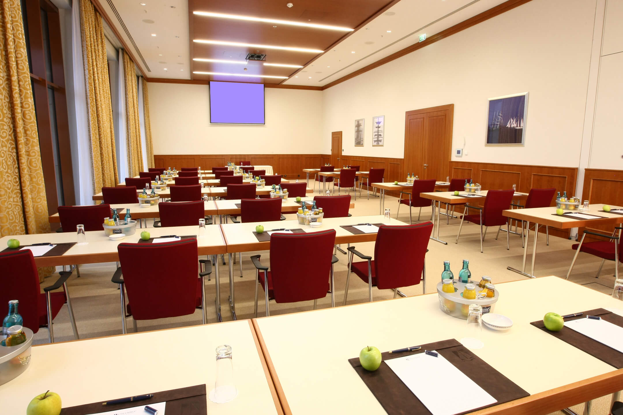 Function room with tables and chairs | ATLANTIC Hotel Wilhelmshaven