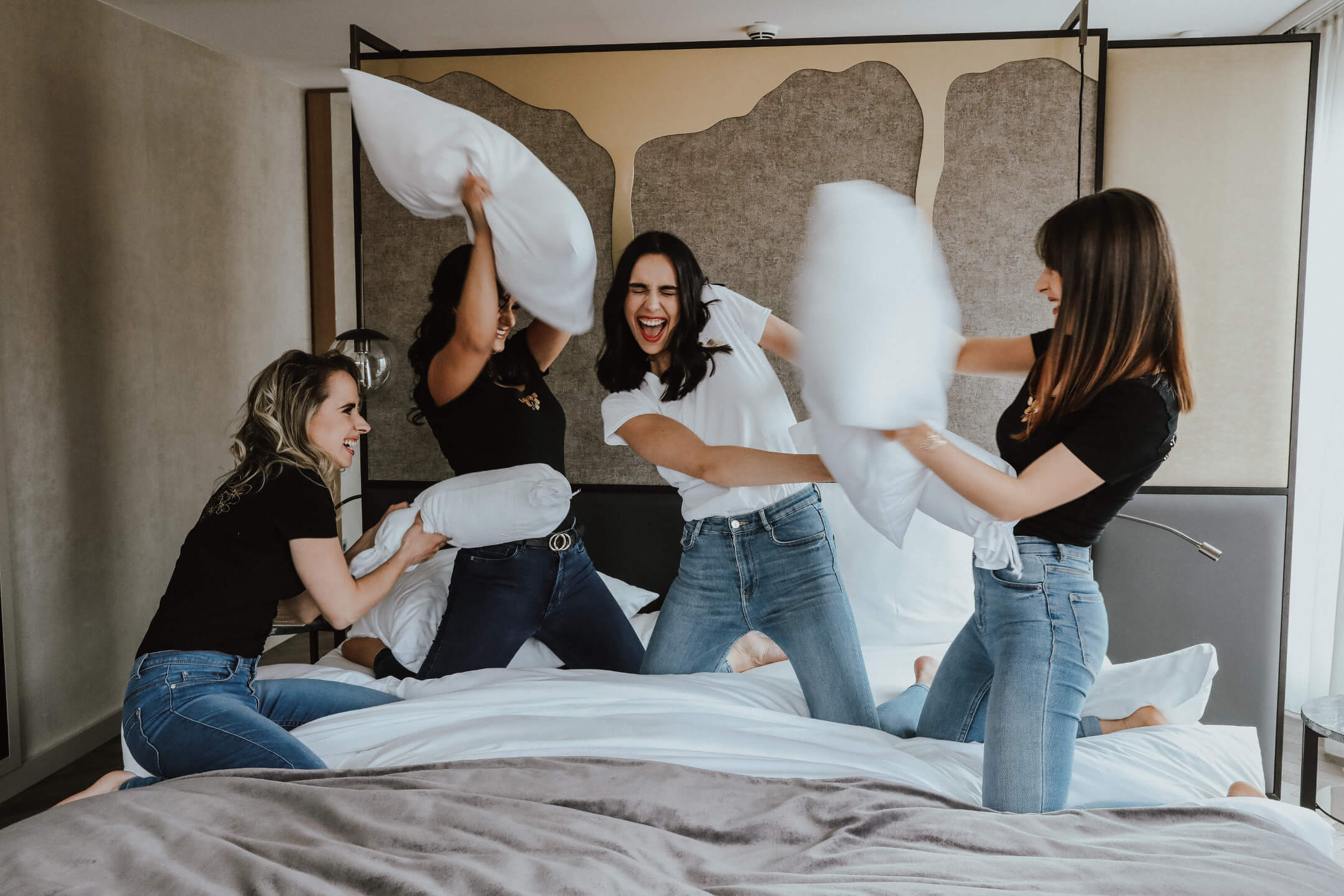 Pillow fight bride and bridemaids in the Gran suite at the ATLANTIC Grand Hotel Bremen