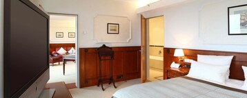 Bedroom with a bed and flatscreen TC in the Cutty Sark Suite of the ATLANTIC Hotel Wilhelmshaven