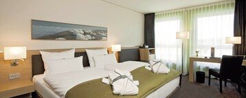 Interior view of the comfort room with a double bed in the ATLANTIC Hotel Kiel